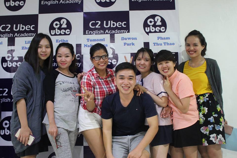 Học viên chị Nguyên Ngọc(áo vàng) chia sẻ về học tiếng anh của mình